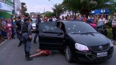 Carro é alvejado por tiros e dois ficam feridos em Vila Velha, ES - Outro carro emparelhou com o veículo das vítimas e disparos foram dados.Segundo testemunhas, foram dados cerca de 20 tiros contra o veículo.