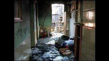 Incêndio destrói casa no bairro Getúlio Vargas, em Rio Grande, RS - Chamas destruíram casa de família, que agora espera ajuda da comunidade.