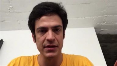 A Missão Possível é combater o preconceito contra os portadores do vírus HIV - Quem dá o recado é o ator Mateus Solano