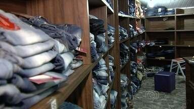 Polícia apreende roupas falsificadas na Rua 44, em Goiânia - Produtos foram encontrados em loja que tinha estrutura com porta de aço e passagem secreta para esconder roupas falsificadas.