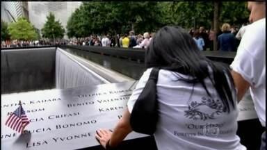 Parentes das vítimas dos ataques do 11 de setembro se reúnem no aniversário do atentado - Os parentes leram os nomes das vítimas em voz alta, depositaram flores diante do memorial onde ficavam as Torres Gêmeas, em Nova York, e ficaram em silêncio nos momentos de choque de cada um dos quatro aviões sequestrados