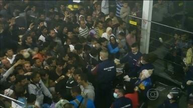 Policiais jogam pães para refugiados sírios com fome na Hungria - Na Hungria, o mesmo país em que uma cinegrafista chocou o mundo, três dias atrás, ao derrubar e chutar refugiados, outra imagem chocante foi divulgada na sexta (11). Usando máscaras, policiais jogam pães para um grupo de refugiados sírios.