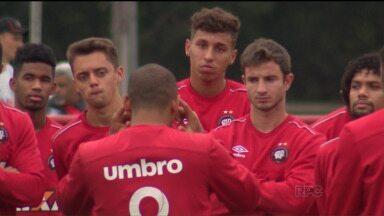 Atlético enfrenta o Vasco no Rio para se manter na briga pela ponta da tabela - Técnico Milton Mendes deve voltar com o rodízio no time. Furacão tenta a primeira vitória na história em São Januário