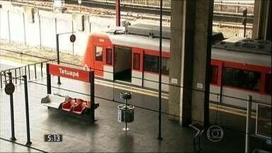 Funcionário da CPTM é filmado assediando passageira - Homem era funcionário da empresa havia 35 anos e foi demitido. Vítima de 18 anos estava em um trem lotado da linha 11 Coral.