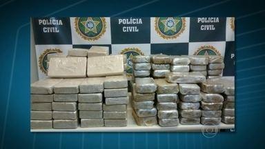 Cocaína e maconha são apreendidas no RJ - Policiais da delegacia de Inhaúma encontraram mais de 150 kh de cocaína pura na comunidade Bandeira 2, em Del Castilho. Em Itatiaia, agentes da operação Barreira Fiscal apreenderam mais de 300 kg de maconha no porta malas de um carro rebocado.