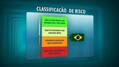 Entenda avaliação de risco no mercado econômico - Quando são solicitados empréstimos, bancos tem por hábito cobrar juros mais altos das pessoas que eles acreditam que podem não pagar a dívida. É o mesmo que ocorre no mercado econômico. O Brasil é um dos países com as taxas de juros mais altas.