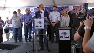 Geraldo Alckmin inaugura obra de novo hospital estadual em Sorocaba - O governador do Estado de São Paulo, Geraldo Alckmin, deu início na manhã desta terça-feira (15) a construção do novo Hospital Regional de Sorocaba (SP). Com dois anos de atraso, as obras já tiveram um aumento de R$ 25 milhões no valor inicial previsto. A unidade que deve ser concluída em 2017 atenderá casos de média e alta complexidade na região.