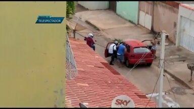 Casal tem R$ 3 mil roubados na porta de casa em Samambaia, no DF - Em Samambaia, um casal foi assaltada no porta de casa. Eles tinham acabado de sacar R$ 3 mil para pagar as contas. Segundo as vítimas, os agentes disseram que a polícia estaria em greve e não poderia registrar a ocorrência.
