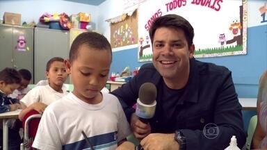 Lair Rennó acompanha rotina escolar de menino com autismo - Pedro tem autismo e faz aula de reforço para acompanhar turma regular