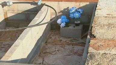 Moradores reclamam de descaso em Cemitério de São Carlos - Os moradores reclamam do descaso no Cemitério Nossa Senhora do Carmo. As sepulturas não estão sendo fechadas corretamente após os enterros.Muitas famílias já pagaram pelo serviço, mas não sabem quando será concluído.