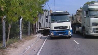 Contêiner se solta de caminhão e quebra poste - Acidente foi registrado na manhã desta quarta-feira.