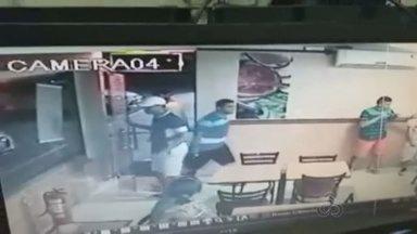Lanchonete que funciona no aeroporto de Manaus é assaltada - Câmeras do circuito interno registraram ação dos bandidos.