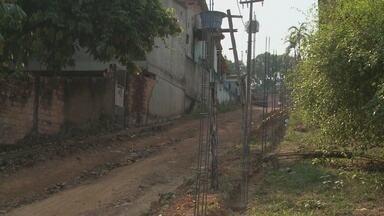Construção de muro gera polêmica entre moradores do bairro Nacional - Muro está sendo construído na rua Antonio Nogueira com Travessa Vale Verde.