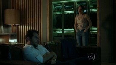 Alex dá uma joia para Angel e Carolina não gosta - Empresário volta a humilhar a esposa