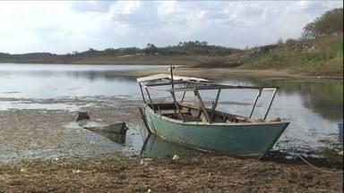 Açudes do Nordeste estão no limite da reserva de água - Um dos maiores reservatórios de Pernambuco atingiu o volume morto por causa da estiagem prolongada.