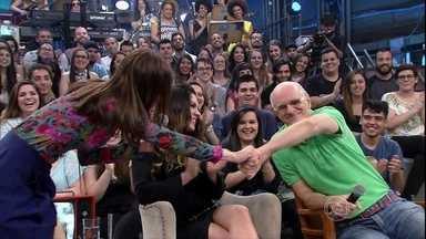 Maria Casadevall e Marcos Caruso dublam cena de televisão - Convidados do Altas Horas fazem dublagem no Altas Horas