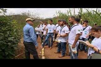 Jovens de vários países se reúnem para discutir sucessão leiteira em Coronel Pacheco - Encontro reuniu quem escolheu viver no campo e administrar negócios de família. Jovens de sete países estivem no evento.