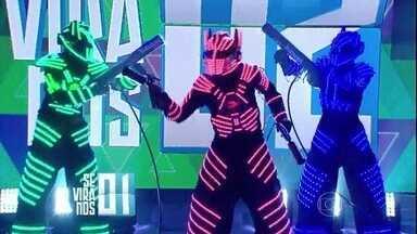 'Se Vira nos 30' tem dança de robôs - Trio diverte a plateia do 'Domingão'
