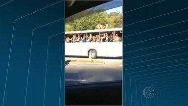 Jovens se arriscam 'surfando' em ônibus - Na saída da praia, jovens e adolescentes arrancaram janelas do ônibus da linha 474. Muitos rapazes estavam em cima dos coletivos.