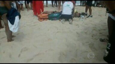 Banhistas socorrem homem se afogando na Praia do Recreio - Segundo Márcio dos Santos, autor das imagens, os bombeiros demoraram cerca de 40 minutos para ir ao local. Os guarda-vidas chegaram 15 minutos depois da vítima ter sido retirada do mar.