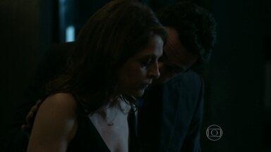Carolina confronta Alex sobre presentes para Angel - Dona de casa afirma que o marido trata a jovem como uma mulher e o proíbe de presenteá-la com uma joia no dia do desfile