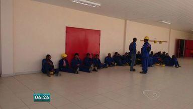 Sindicato diz que Jurong coagiu 40 funcionários dentro da empresa - Trabalhador disse que seguranças fizeram barricada para impedir saída. Estaleiro Jurong Aracruz negou todas as denúncias.
