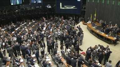 Congresso encerra sessão sem terminar análise de vetos - Depois de quase sete horas, foi suspensa a sessão conjunta da Câmara e do Senado, que analisa os vetos da presidente Dilma. Dos 32 vetos presidenciais, 26 foram mantidos.