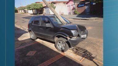 Carro estacionado perde freio e derruba poste em Bebedouro, SP - Veículo estava estacionado na Rua Augusto Veraldi, desceu a via por cerca de 50 metros até colidir com poste.