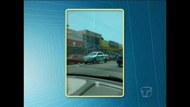 Em Santarém, viatura do Detran é flagrada parada em rua dificultando passagem de veículos - Registro foi feito na Avenida Borges Leal.
