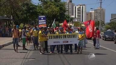 Representantes de sindicatos de servidores públicos federais fazem ato em Salvador - Uma caminhada foi feita na manhã desta quarta-feira (23) na região do bairro do Itaigara.