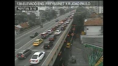 Ônibus enguiçado causa engarrafamento no Túnel Rebouças, no Rio - Um ônibus enguiçou dentro do Túnel Rebouças e complicou o trânsito na manhã desta quarta-feira (23), no sentido Zona Sul.