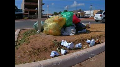 Veja importância de separar do lixo materiais cortantes - Agentes de limpeza pública mesmo usando luvas estão sujeitos a incidentes.
