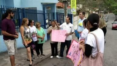 Paulinho da Escola cobra reforma de quadra em escola de Volta Redonda, RJ - Reclamação vem de pais e alunos da Escola Municipal São Francisco de Assis, no bairro Retiro.