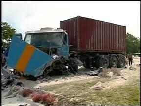 Acidente com dois caminhões no trevo de acesso a Três Arroios, RS - A Polícia Rodoviária Federal acredita que um dos veículos invadiu a pista contrária.