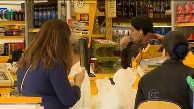 JN flagra 'pegadinha' em promoções de supermercados - Muitas vezes os preços anunciados nas prateleiras não batem com os registrados nos caixas. Consumidor acaba pagando, sem conferir.