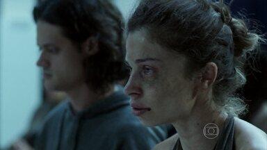 Emanoel convence Larissa a sair da cracolândia - Ex-modelo fica indecisa com a proposta, mesmo após sofrer abuso