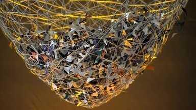 Artista reaproveita materiais e cria bela exposição no DF - O trabalho da artista plástica Patrícia Secco é um banho de cores. Ela usa material leve para dar movimento às suas criações. A exposição Metamorfose traz uma verdadeira festa das borboletas, feitas com