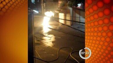 Fogo em bueiro assusta moradores de São José dos Campos, SP - Caso aconteceu na noite desta quinta-feira (24) no Jardim Pararangaba.