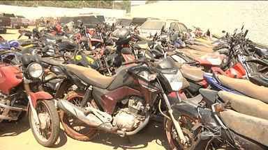 No sul do Maranhão, polícia já apreendeu mais de 150 motos em 2015 - Na região sul do Maranhão, a polícia já apreendeu em 2015 mais de 150 motos, muitas delas com suspeita de roubo. As apreensões foram feitas em operações de rotina em Balsas (MA) e em outros municípios da região. Esta semana, por exemplo, em Fortaleza dos Nogueiras foram 13 motos apreendidas.