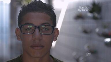 Jovem rejeitado pelos pais supera as dificuldades e busca se formar em enfermagem - Ele conta que seu sonho é cursar medicina.
