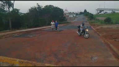 Confira se problemas urbanos em áreas de Hortolândia e Limeira foram resolvidos - A equipe da EPTV cobrou a limpeza de uma área de entulho em Hortolândia e o conserto de buracos em uma rua de Limeira.