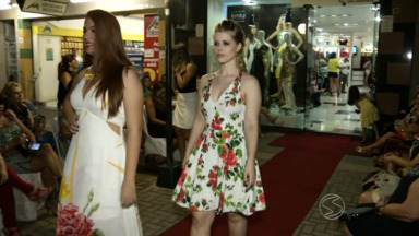 Lojistas de Resende, RJ, usam criatividade para atrair clientes - Comerciante promove desfile no calçadão da cidade.