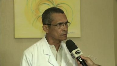 Servidores do HU fazem protesto contra suspensão no atendimento de serviços - Gerente de atenção à saúde do Hospital Universitário, Sebastião Praxedes, fala sobre o que está sendo feito para tentar manter a unidade de saúde funcionando.
