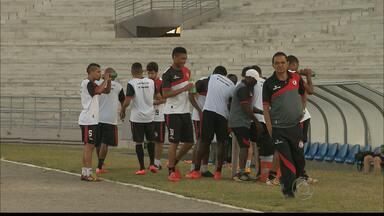 Campinense finaliza treinos, viaja para o Paraná e torcida faz festa para o gupo - Tive iniciou viagem na noite desta quinta-feira e uma multidão foi até o Renatão para se despedir dos atletas.