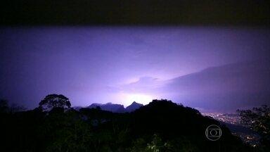 """Chuva provoca alagamentos em vários bairros do Rio - Vários telespectadores fizeram imagens da chuva forte, raios e trovões na Lagoa, Botafogo, Jacarepaguá e em Del Castilho. E onde a chuva não foi não forte, deu pra ver o fenômeno raro conhecido como """"Lua de Sangue""""."""