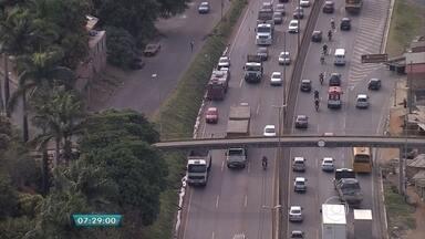 Acidente complica o trânsito no Anel Rodoviário de Belo Horizonte - Houve um engavetamento entre dois caminhões e três carros.