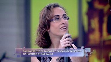 Candidata que não passou no 'The Voice Brasil' participa do 'Encontro' - Camila Profiti se fantasia e canta para pacientes em hospitais de São Paulo