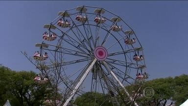 Outubro Rosa: Parque do Ibirapuera recebe roda gigante iluminada - Os visitantes podem brincar na roda até o dia 12. A atração faz parte da campanha de combate ao câncer de mama.
