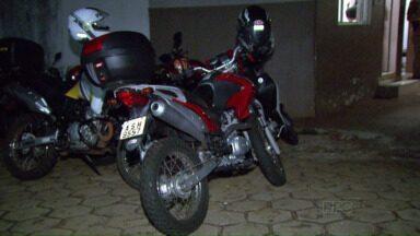 Morador tem moto roubada no portão de casa, no bairro Três Bandeiras - O assalto foi perto das dez horas da noite de quinta-feira.