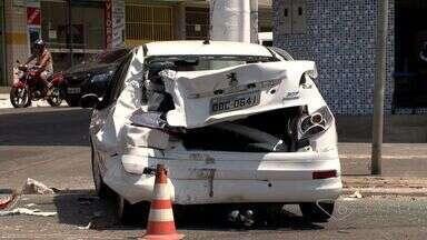 Caminhão de combustível bate em 2 carros na Lindenberg, em Vila Velha - Carro foi arremessado contra um poste após a batida.Acidente aconteceu na manhã deste sexta-feira (2).